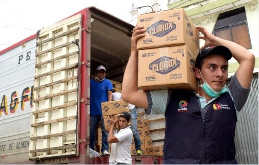 Ecuador earthquake - men carrying boxes